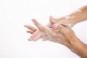 石鹸で手を洗う男性の手元